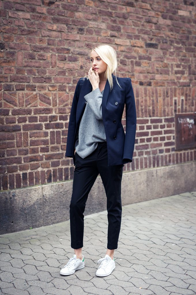 white-sneakers-and-navy-blazer-outfit